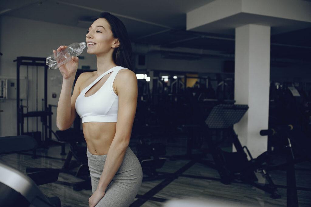 Mujer deportista bebiendo agua Atrium Polar