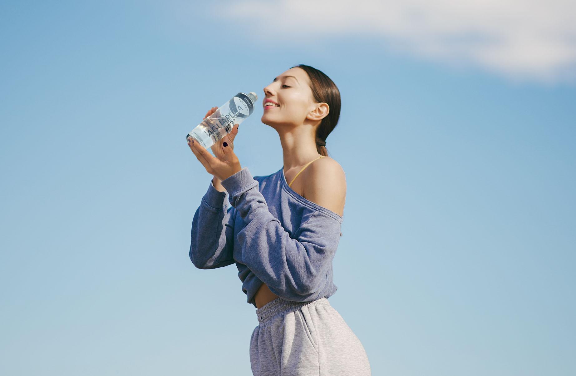 Mujer con botella de agua Atrium Aguapura Unaqua